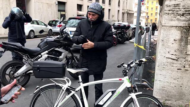 """Alitalia, Delrio in bici all'incontro con sindacati: """"Nazionalizzazione? Prima piano industriale"""""""