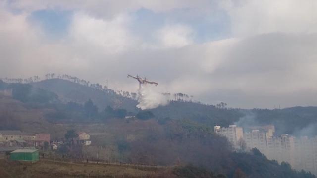 Genova, il Canadair in azione sulle alture di Pegli