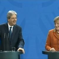 ''Quanto durerà il governo Gentiloni?'': la domanda dell'inviato fa sorridere Merkel e premier