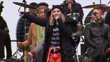 Washington, Madonna canta per le donne in marcia contro Trump