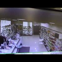 Bologna, ladro irrompe in farmacia ma le dipendenti lo chiudono dentro