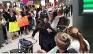 Usa, immigrazione: passeggeri superano il blocco, i cori dei manifestanti anti-Trump