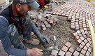 """Lucca, l'arte del selciatore di via Fillungo: """"Per fare questo lavoro ci vuole tanta passione"""""""