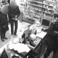 Milano, l'arresto in diretta del 'professionista' delle rapine: era ai domiciliari, preso in farmacia