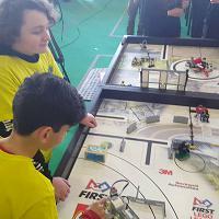 Gli studenti della scuola Don Milani di Prato impegnati a Pistoia nel First Lego League