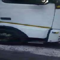 Bergamo, c'è un uomo accovacciato su un camion: i carabinieri lo inseguono in retromarcia