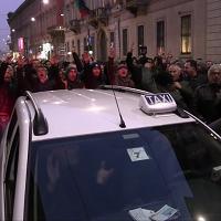 Milano, il corteo dei taxi contro Uber e Ncc: sfiorata la rissa