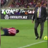 Messico, l'allenatore entra in campo e fa lo sgambetto al calciatore: espulso