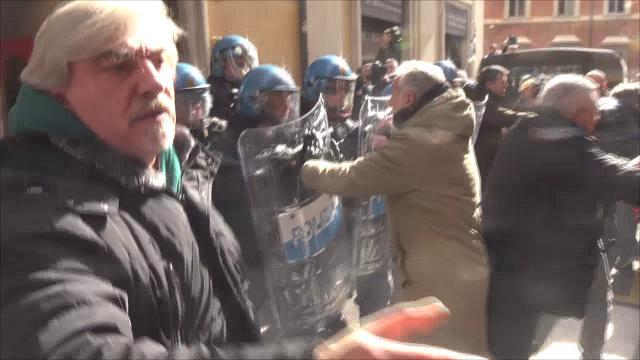 Roma, tensione tra tassisti e polizia davanti alla sede del Pd: il video degli scontri
