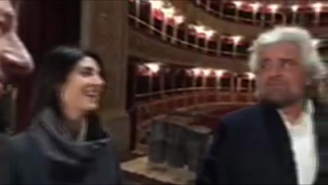 Teatro Valle, Grillo scherza con Raggi: ''Io qui farei subito una polizza''
