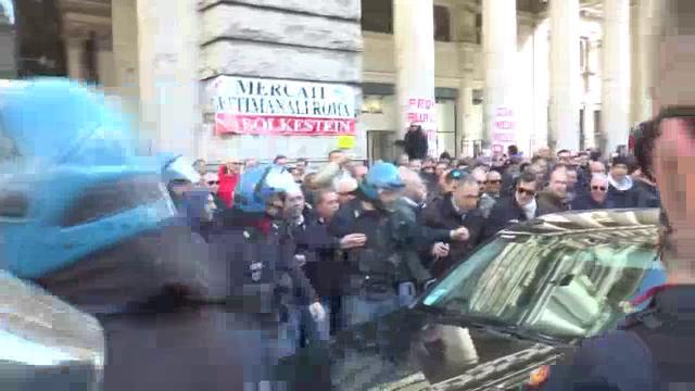 Protesta taxi a Roma, tensione per un Ncc che passa tra i manifestanti