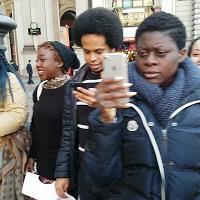Milano, flash mob per chiedere la legge sullo ius soli: i nuovi italiani cantano l'inno di Mameli