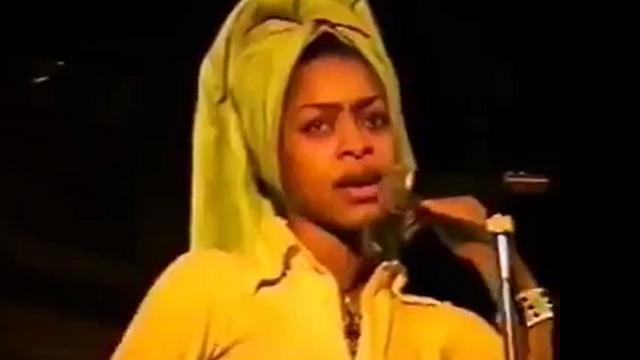 Nostalgica Erykah Badu, ricorda gli inizi con un'esibizione del 1995
