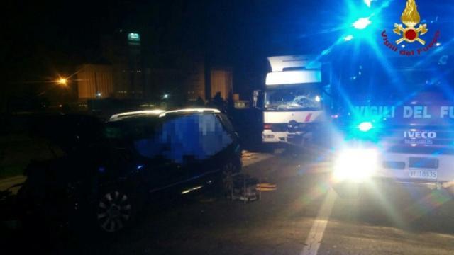 Auto schiacciata da un camion sulla Postumia, un morto