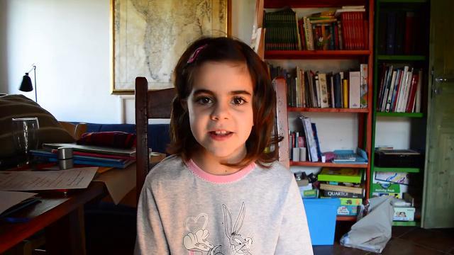Paloma, la bimba poliglotta che ama parlare il sardo