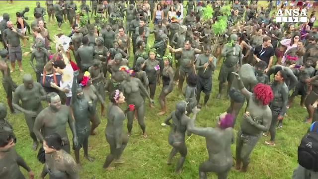 """Brasile: al Carnevale di Rio impazza il """"Fango Party"""""""