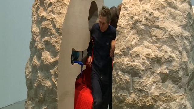 Parigi: artista esce dopo 7 giorni dalla roccia in cui si era chiuso