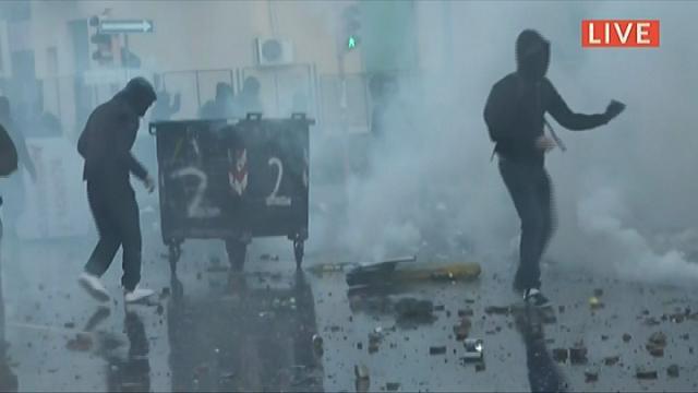Napoli, corteo anti Salvini: manifestanti lanciano sassi e molotov