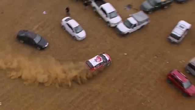 Rally: fuori pista nel parcheggio, lo slalom tra le auto è da applausi