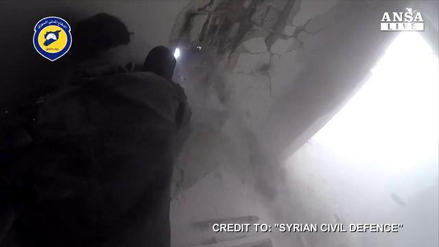 Siria, la fuga dal palazzo appena bombardato a Damasco