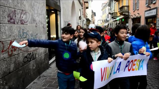 Pavia a memoria, oltre 1200 bimbi per strada a donare poesie