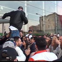 Folla di fan alla Feltrinelli della stazione di Napoli per Clementino