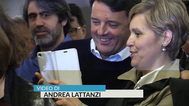 """Congresso Pd, Renzi in coda al circolo per votare: """"La prossima volta votate per Minniti"""""""
