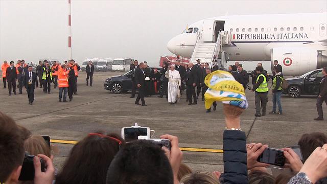 Papa Francesco atterra a Linate, rompe il cerimoniale e saluta i fedeli