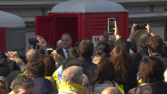 Il Papa a Milano: Bergoglio usa un bagno chimico