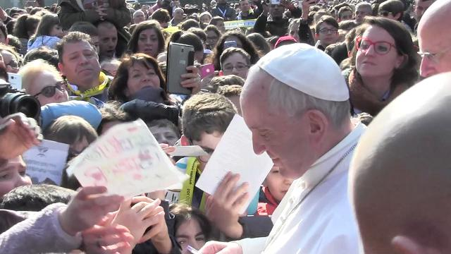 Milano, Papa alle Case Bianche tra selfie e autografi: ''Chiesa si apra ai non cristiani''