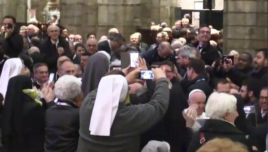 L'ingresso del Papa in Duomo, l'euforia dei religioni tra flash e benedizioni