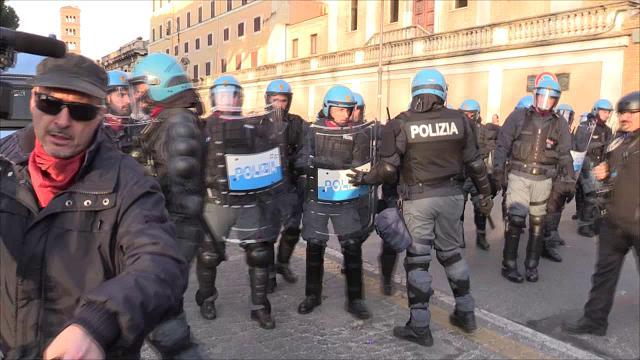 Trattati Roma, la polizia si ritira: si abbassa la tensione al corteo Eurostop