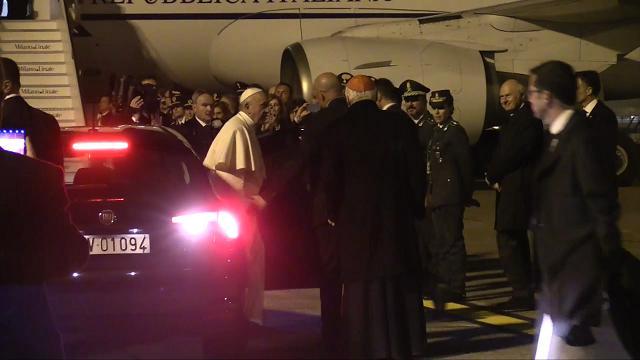 Il Papa riparte da Linate, saluti e foto ricordo anche per padre Georg