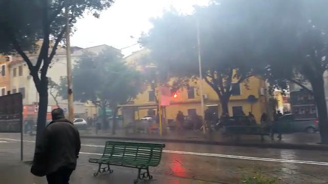 Guerriglia urbana a Sassari, gli ultras del Cagliari irrompono in Porta Sant'Antonio