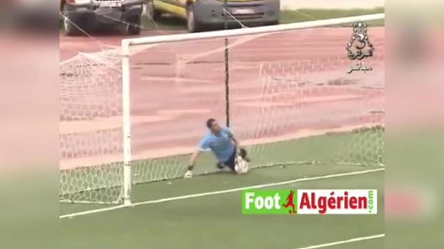 Algeria, il portiere colpisce in pieno l'avversario: il gol è ridicolo