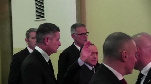 """Berlusconi testimone al processo contro Fede: """"Signor pm alzi la voce, sono un vecchietto e non sento"""""""
