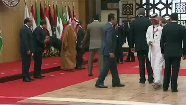 Giordania, foto di gruppo dei leader arabi: il presidente libanese cade rovinosamente