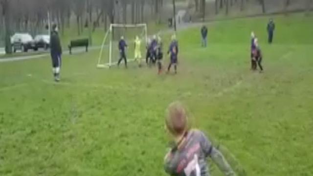 """La parabola perfetta del baby calciatore: la punizione va sotto il """"sette"""""""