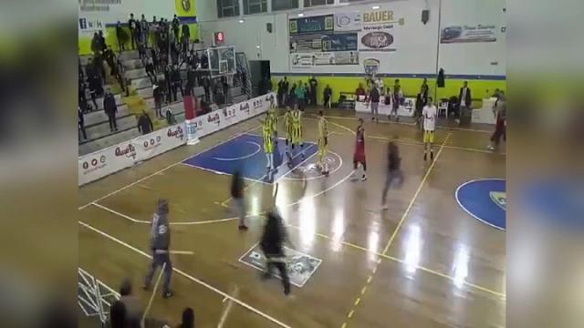 Lecce, blitz durante la partita di basket: incappucciati invadono il campo con spranghe