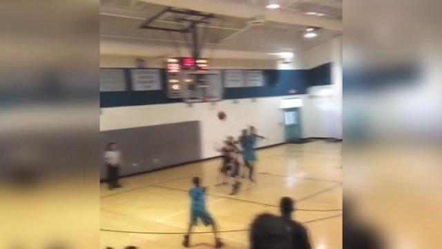 Usa, il talento del tredicenne senza braccia: spettacolo sul campo di basket