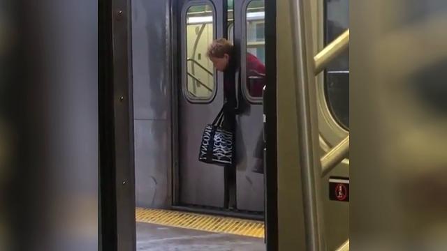 Usa, rimane con la testa incastrata nelle porte della metropolitana: l'indifferenza dei newyorkesi