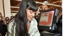 Rihanna cassiera per un giorno a Los Angeles