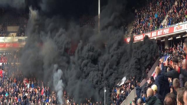 Olanda, paura allo stadio: denso fumo nero si alza in curva, ma sono fumogeni