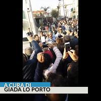 Zingaretti sul set di Montalbano saluta i fan in piazza