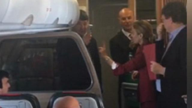 Renzi steward per un giorno: la gag dell'ex premier sul volo per Bruxelles