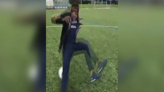 Neymar, che figura: cade mentre tenta giocata spettacolare con il pallone