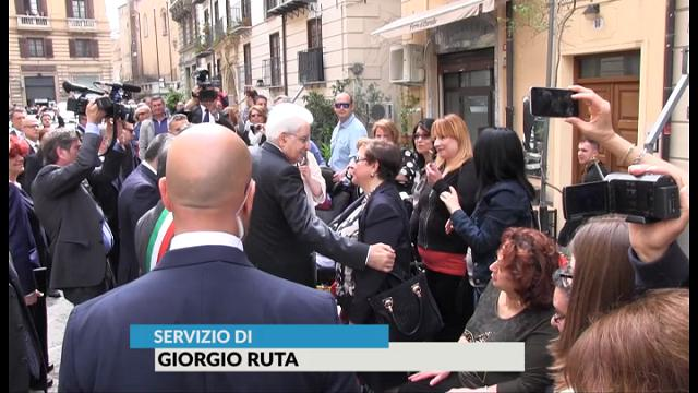 """Palermo, """"Presidente, ci conosciamo. Mi consolò quando morì suo fratello"""". E Mattarella l'abbraccia"""