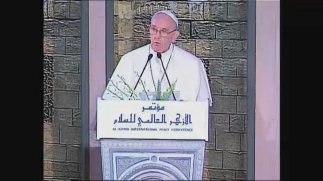 """Il Papa in Egitto saluta in arabo: """"Islam non è terrorismo, leader isolino i violenti"""""""