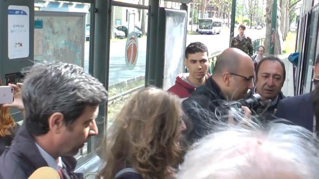 Orlando chiude la campagna per le primarie con un giro in tram a Torino