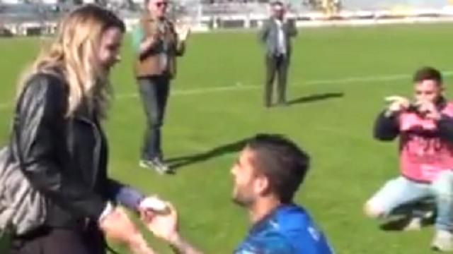 Calcio, proposta di matrimonio in campo: il centrocampista del Matera emoziona lo stadio